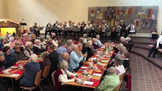 Das Mandolinen- und Gitarren-Orchester Dübendorf spielt an der Urdorfer Altersweihnacht