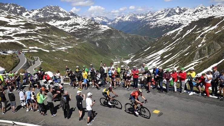 Viel Publikum am Furkapass: Die Zuschauer feuern Tour-Sieger Egan Bernal und den Gesamtzweiten Rohan Dennis an.