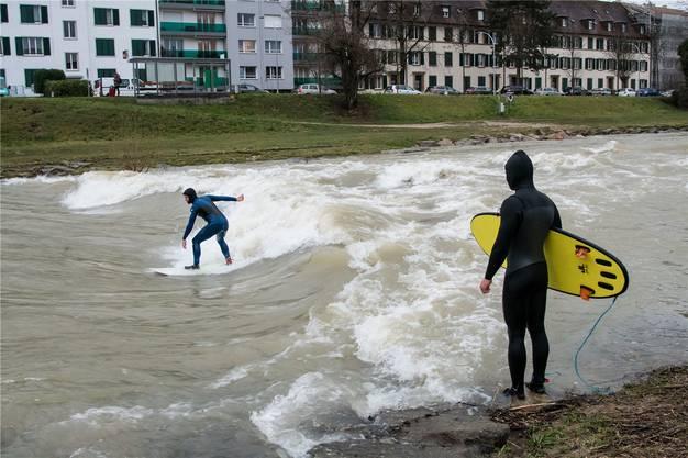 Auf eigene Gefahr: River Surfer reiten die stehende Welle auf der Birs in der Nähe der Redingbrücke. Nicole Nars-Zimmer