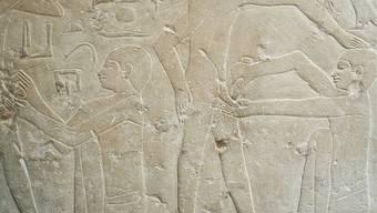 Schon im alten Ägypten wurden Männer beschnitten, wie die Darstellung auf einem Sarg aus Sakkara (um 2300 v. Chr.) zeigt. Forman/akg