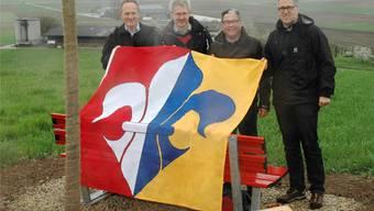 Ammänner mit Fusionslinde und neuem Gemeindewappen (von links): Kurt Hauenstein (Unterendingen), Kurt Schmid (Lengnau), Erwin Baumgartner (Tegerfelden) und Lukas Keller (Endingen). pk
