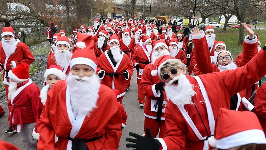 Für eine Spendenaktion rennen hunderte Weihnachtsmänner durch Stockholm.