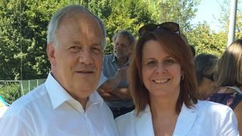 Mit ihr gehen die Werte in die Höhe: Auch FDP-Bundesrat Johann Schneider-Ammann sucht die Nähe zu Wahlkampfleiterin Claudia Hauser. zvg