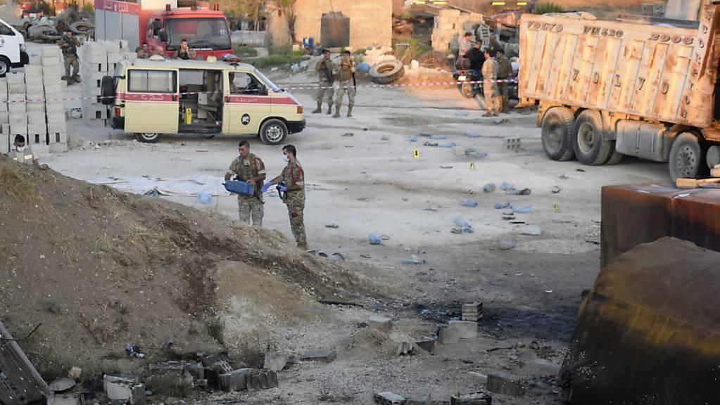 Libanesische Soldaten untersuchen einen explodierten Tankwagen.