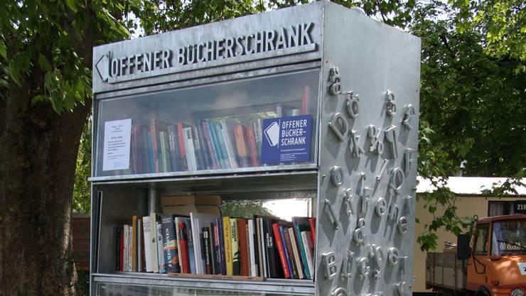 Manchmal gibt es echte Klassiker, der Bücherschrank wurde aber auch schon zum Entsorgen unbrauchbarer Bücher zweckentfremdet.