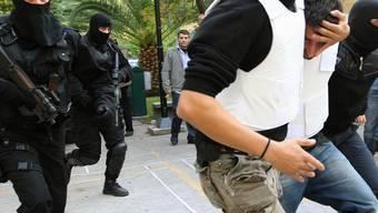 Die griechische Polizei mit einem Tatverdächtigen (Archiv)