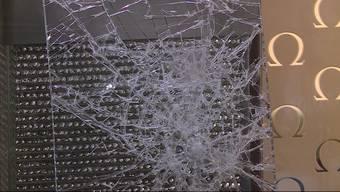 Zwei Banditen bedrohten die Mitarbeiter mit Waffen und konnten, trotz Grossfahndung, mit Uhren im Wert von mehreren Tausend Franken entkommen.