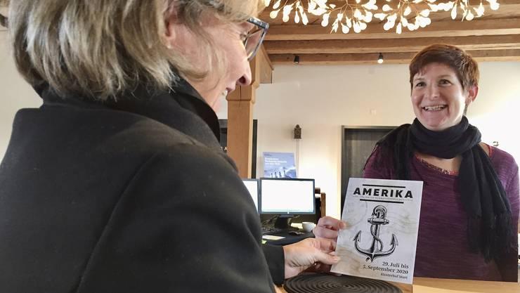 Ticket-Gutscheine für das Murianer Freilichttheater «Amerika» gehen schon jetzt über die Theke von Muri Info.