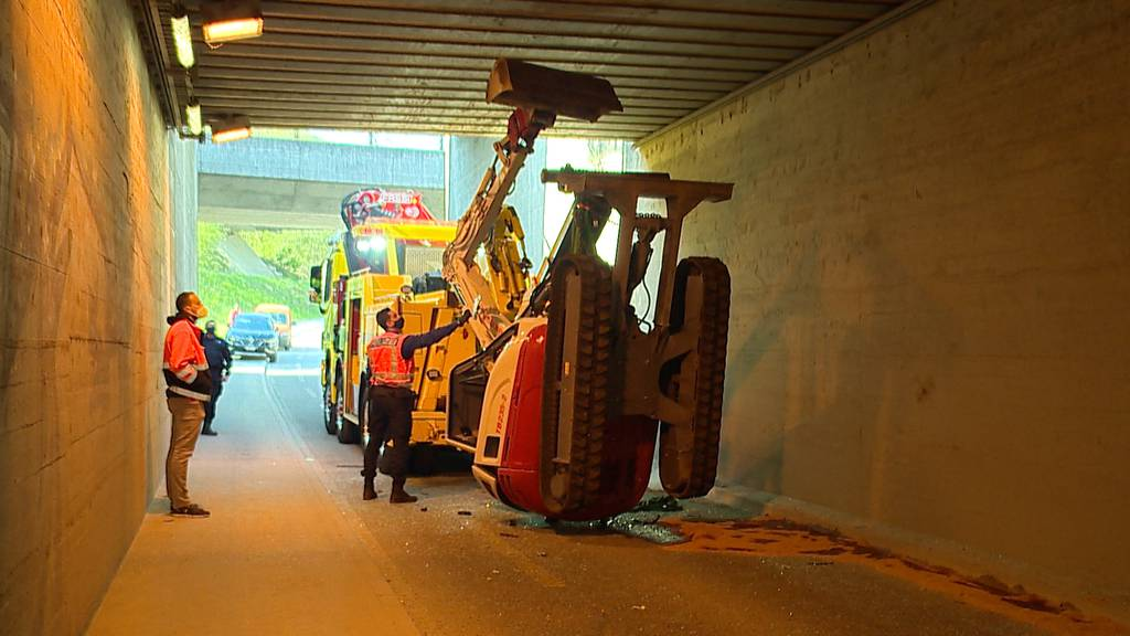 Unterführung zu niedrig: Lastwagen verliert Bagger