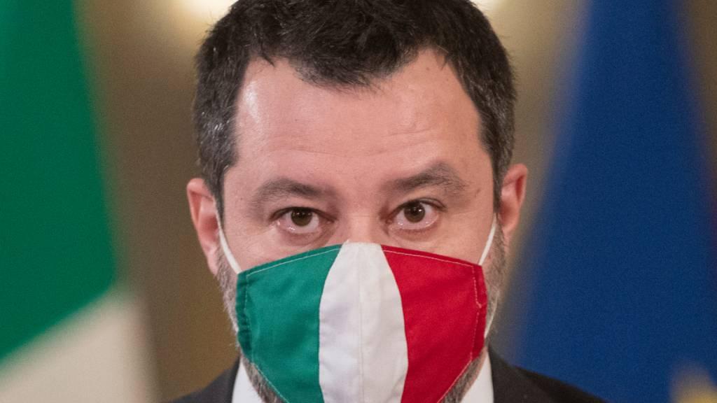 Matteo Salvini, Vorsitzender der rechten Partei Lega, trägt im Präsidentenpalast einen Mund-Nasen-Schutz.
