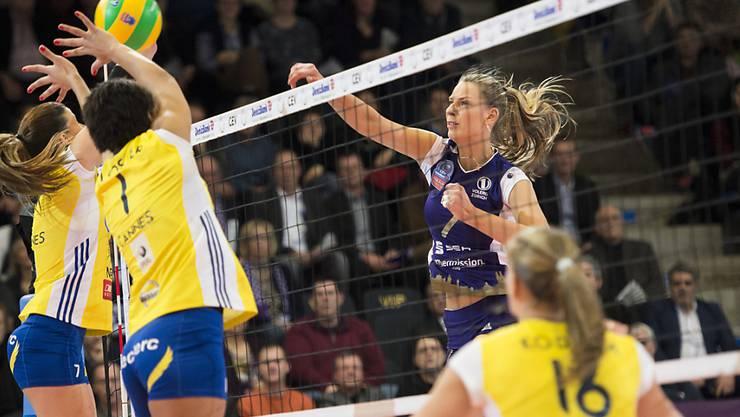 Olesia Rychljuk (rechts) von Volero Zürich gegen Cannes in Aktion