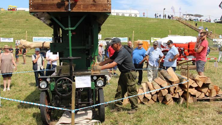 Impressionen vom 5. InternationalenLandmaschinen-Oldtimerr-Treffen in Effingen: Fahrbare Brennholz-Bandsäge mit Spaltapparat.
