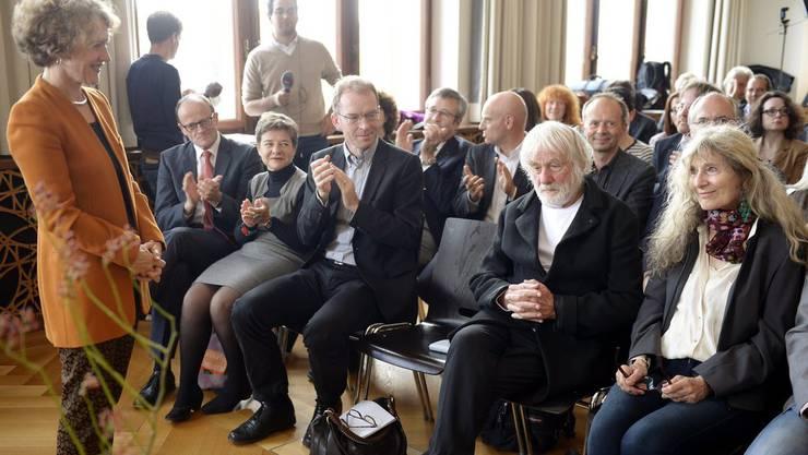 Stadtpräsidentin Corinne Mauch ehrt Pfarrer Ernst Sieber