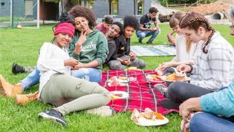Tauschen sich aus: UMAS und Klingnauer Schülerinnen geniessen gemeinsam das Picknick.