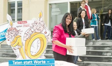 spital rzte sammeln 24 39 000 unterschriften gegen berstunden schweiz az aargauer zeitung. Black Bedroom Furniture Sets. Home Design Ideas
