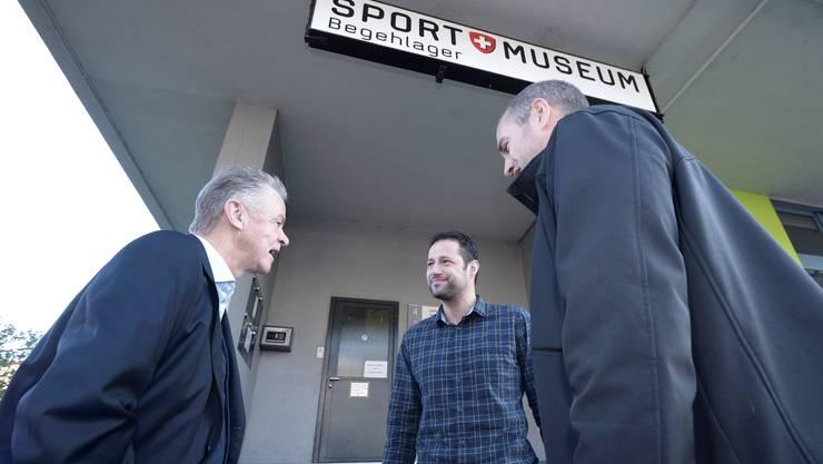 Ankunft vor dem Museum: (von links nach rechts) Hitzfeld, Simon Wahl vom Museum und Partick Eich vom WDR