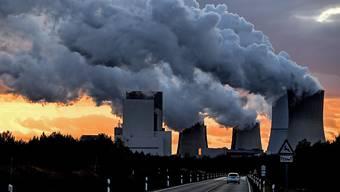 Die Bemühungen der einzelnen Länder zur Senkung von Treibhausgasen müssen noch massiv verstärkt werden. Im Bild Kühltürme des deutschen Kohlekraftwerks Boxberg (Archiv)