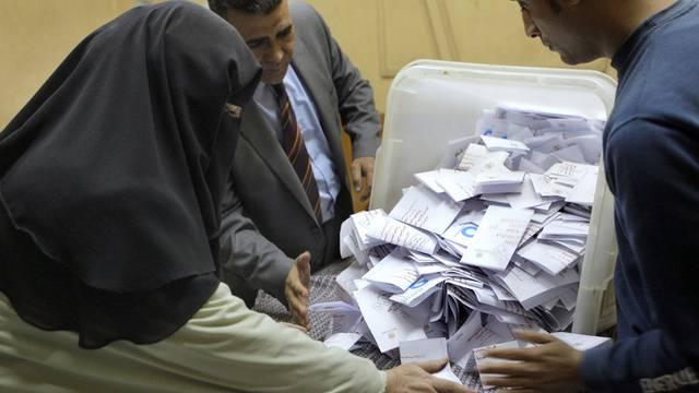 Helfer zählen in Kairo Stimmzettel aus