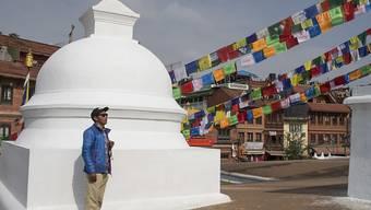 Der 49-jährige Kami Rita Sherpa betet bei der Bauddhanath Stupa in der nepalesischen Hauptstadt Kathmandu, vor seiner 23. Everest-Expedition. (Archivbild)