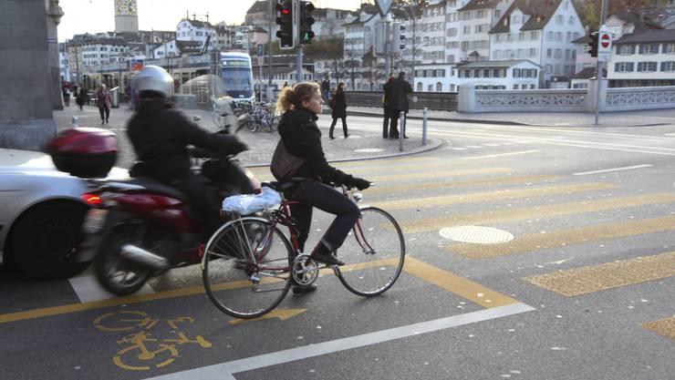So ists recht: Längst nicht alle Velofahrer halten sich im Zürcher Stadtverkehr  so an die Regeln, wie diese junge Frau. (Archiv)