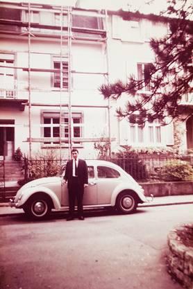28-jährig posiert Bruno Ritter vor seiner Abfahrt in Richtung Afrika mit dem VW Käfer am Geissfluhweg.