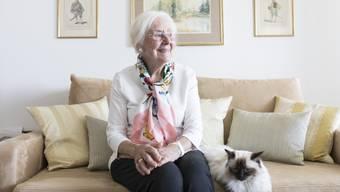 «Das Hospiz nimmt die Angst vor dem Tod»: Luise Thut mit Katze Mimi auf dem Sofa bei sich zu Hause in Berikon-Widen.
