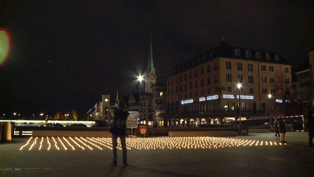 886 Kerzen vor dem Zürcher Rathaus