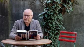 «Immerhin stellte ich fest dass der Bräutigam keinerlei Ähnlichkeit mir mir aufwies, was mich sehr erleichterte – und so johlte auch ich, was das Zeug hielt»: eine Anekdote zum Mitjohlen aus Steven Schneiders Buch «Wir Superhelden».
