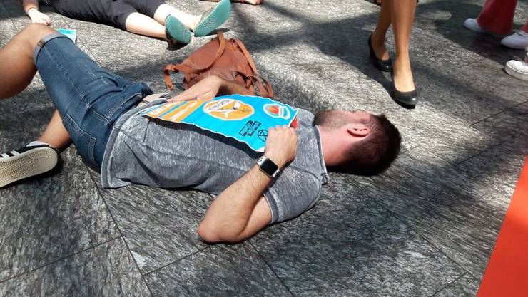 Die Aktivisten lagen zuerst mehrere Minuten still am Boden und ...