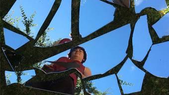 Judith Nussbaumer – mit einem Ausschnitt aus ihrer Installation «En passant» aus zerbrochenen Spiegeln.