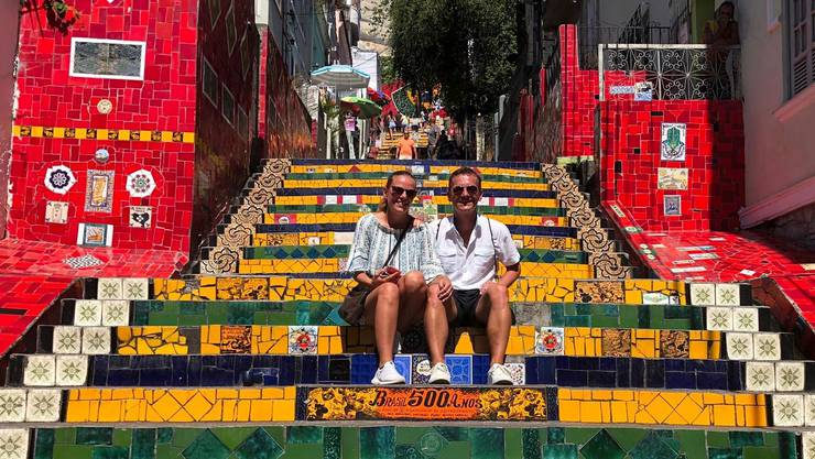 Barbara Voser und ihr Mann auf der Selarón-Treppe im brasilianischen Rio de Janeiro.