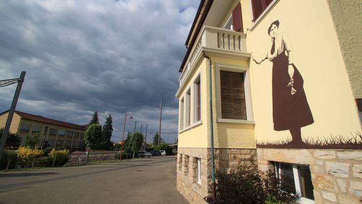 Gilberte prägt Courgenay: als Wandgemälde am Eingang zum Bahnhofsplatz.