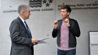 Fricktaler unter sich: Petitionsführer Rolf Schmid (r.) erklärt Regierungsrat Alex Hürzeler, weshalb er sich für das Berufsbildungszentrum Fricktal einsetzt. nbo