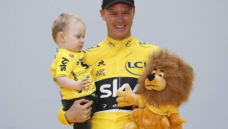 Chris Froome strahlt auf der Pariser Champs-Elysées mit seinem Sohn Kellan im Arm. Der Brite gewann zum vierten Mal nach 2013, 2015 und 2016 die Tour de France