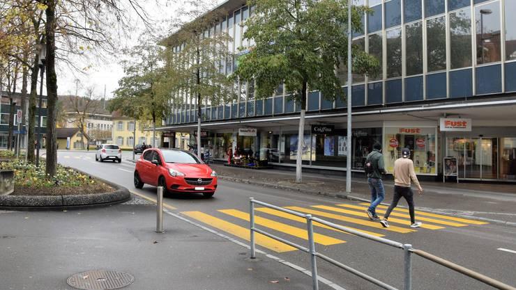 Beim Neumarkt in Brugg findet man auf nur wenigen Metern sechs Fussgängerstreifen.