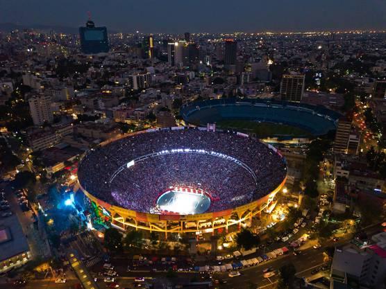 42'157 Zuschauer wohnen Roger Federers Schaukampf gegen Alexander Zverev in der « Plaza de Toros », der Stierkampfarena von Mexiko-City, bei. Weltrekord.