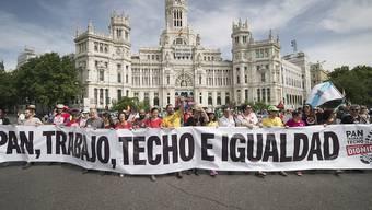 In Madrid haben am Samstag zehntausende Menschen für menschenwürdige Arbeitsbedingungen demonstriert.