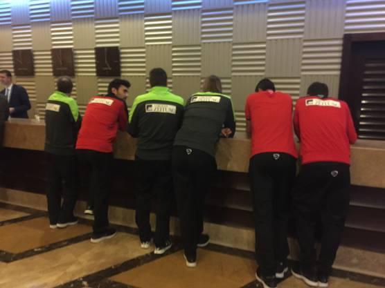 Nach der Ankunft im Hotel in Belek: Spieler und Betreuer warten auf die Herausgabe des WLAN-Passworts