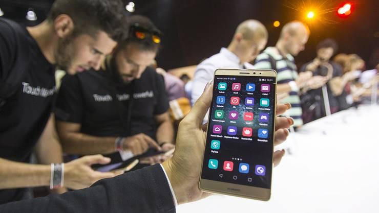 Journalisten testen das neue Smartphone Huawei Mate S an der Funkmesse Ifa in Berlin.