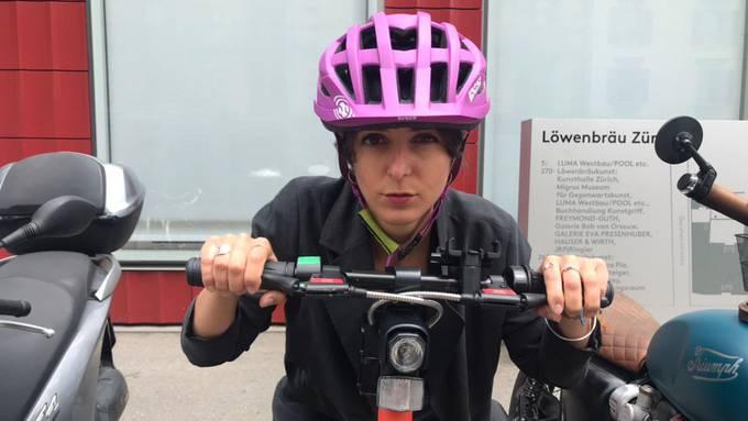 Célines erstes Mal auf einem E-Scooter