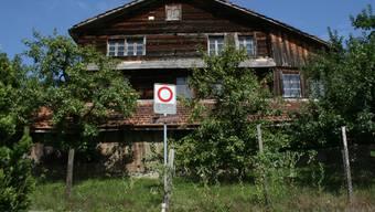 Das 700-jährige Holzhaus in Steinen SZ beschäftigt nun auch den Bund - er hat eine superprovisorische Verfügung gegen einen Abbruch erlassen.