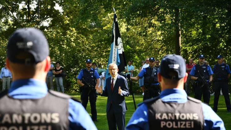Der Regierungsrat Urs Hofmann spricht zum Nachwuchs in den Reihen der Polizei.