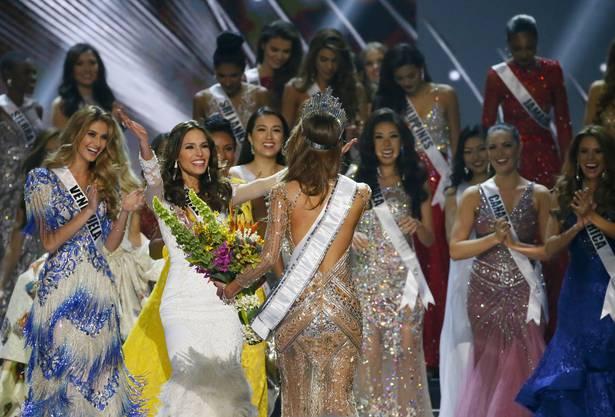 """Die amtierende """"Miss France"""", Iris Mittenaere, bekam am Montag auf den Philippinen den Titel der schönsten Frau der Welt verliehen."""
