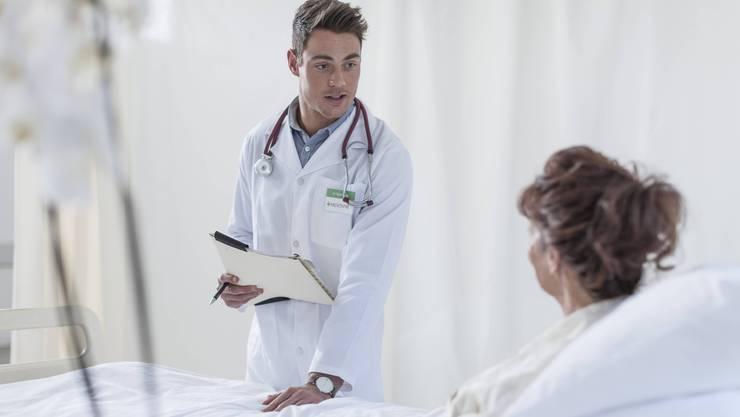 Eine bewusste Gesprächspause gibt Patienten Gelegenheit, mehr zu erzählen – also Wichtiges nicht zu verschweigen.