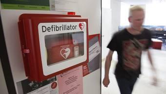 Kann Leben retten: ein Defibrillator. (Symbolbild)