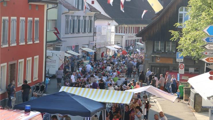 Bereits am frühen Abend waren letztes Jahr viele Besucher am Fricker Strassenfest.