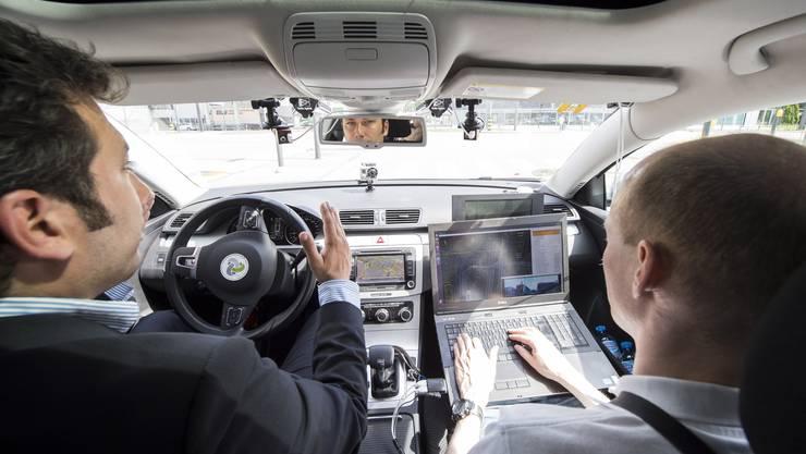 Swisscom präsentierte am Dienstag erstmals ein selbstfahrendes Auto in der Schweiz.