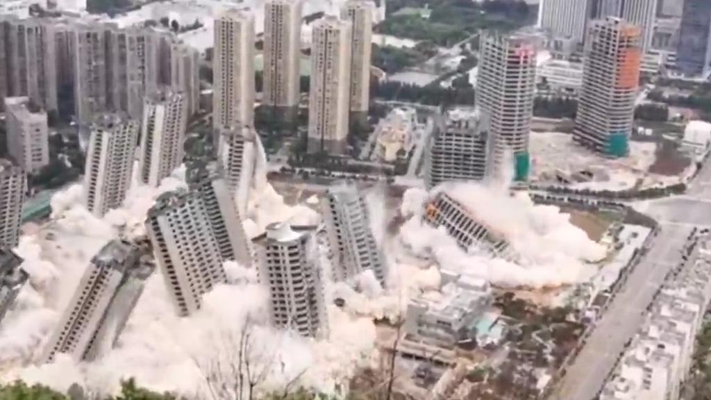 Hier werden 15 Hochhäuser gleichzeitig gesprengt