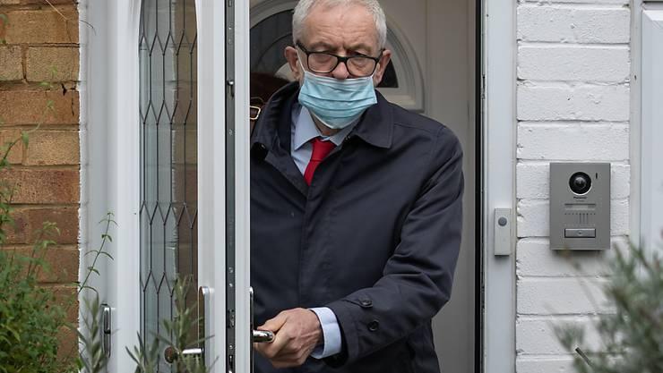 Jeremy Corbyn, ehemaliger Vorsitzender der Labour Partei, verlässt sein Haus in Nordlondon am Tag der Veröffentlichung eines Bericht zu den Ergebnissen einer Prüfung von Antisemitismus-Vorwürfen gegen die Labour-Partei durch die Britische Kommission für Menschenrechte (EHRC). Foto: Aaron Chown/PA Wire/dpa