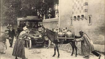 Der Esel ist dem Tempo der Moderne nicht gewachsen, er erschrickt vor dem Auto und bleibt störrisch stehen – er behindert den Fortschritt. akg-images / arkivi